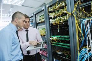 zwei Männer die eine Server Wartung durchführen